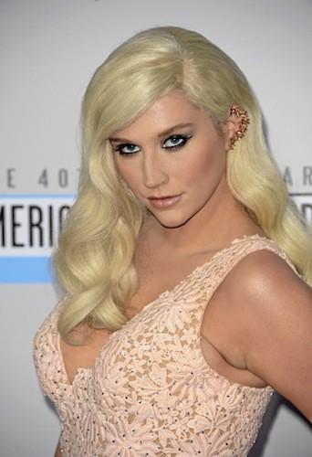 Kesha : La reine du piercing en mode provoc avec un bijou d'oreille trompe-l'œil à clous !