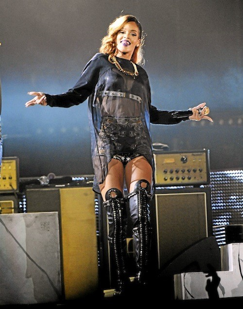 Rihanna : Elle a mixé transparence, cuissardes et gros bijoux... You rock, Rihanna !
