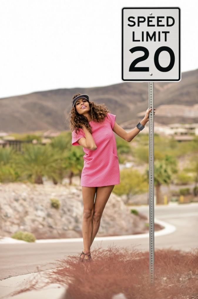 Sur la route : Robe, Primark, 12 €. Escarpins, JustFab, 39,95 €. Visière, Claire's, 7 €. Collier, Zara, 19,95 €. Bracelet écailles en...
