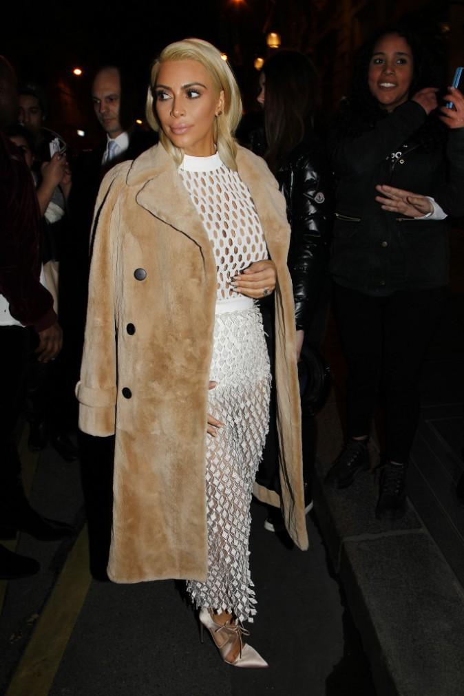 """06/03/2015 : Kim se rend au défilé Balenciaga. Un nouveau look """"filet de pêche"""" !"""
