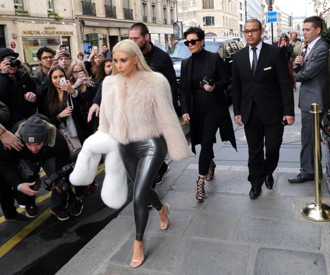 07/03/2015 : Kim sort de l'Atelier Blanc, un salon de coiffure parisien très sélecte. Bomber de fourrure et tregging en cuir sont de la partie !