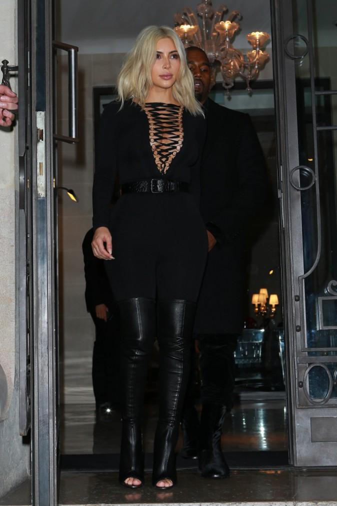 08/03/2015 : Kim se rend au défilé Givenchy. Tenue ultra sexy pour la pulpeuse blonde !