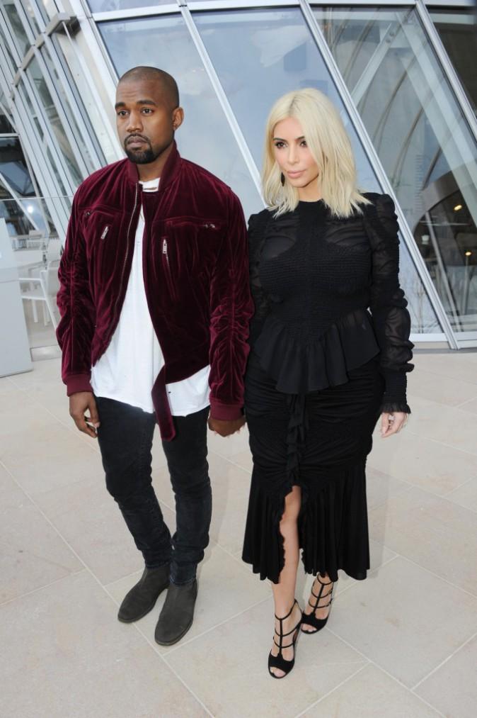 11/03/2015 : Kim arrive au défilé Louis Vuitton, un look full-black qui avait au moins l'avantage de trancher avec le blond platine de ses cheveux.