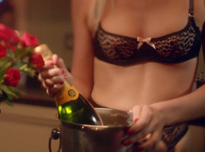 Poppy Delevingne en lingerie fine Agent Provocateur préparant sa soirée de Saint-Valentin.
