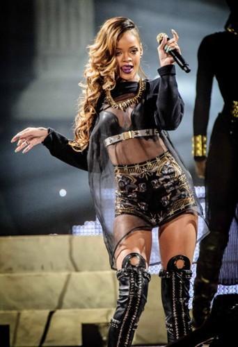 Rihanna fait le show dans son short baroque et son petit haut sexy en cuir Givenchy !