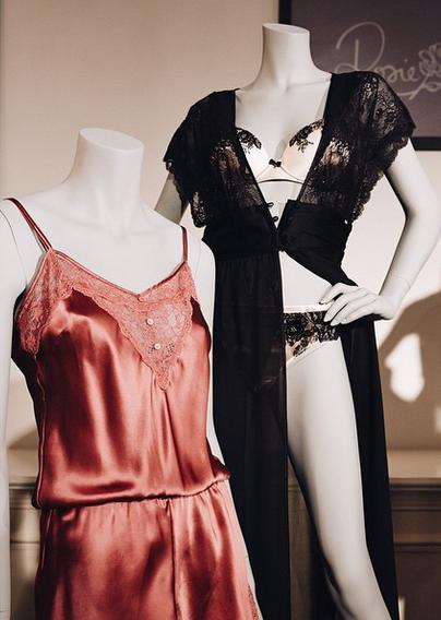 Mode : Rosie Huntington-Witheley : elle remet le couvert avec Mark & Spencer : lingerie sexy à la clé !