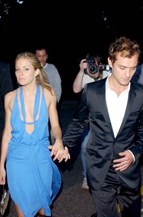 Sienna Miller avant sa grossesse : Le bleu de la robe va à merveille avec le teint de la belle !