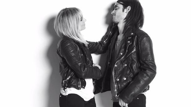 Sienna Miller : petite séance de french kisses avec son boyfriend Tom Sturridge pour Burberry !
