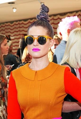 Kelly Osbourne et les lunettes de soleil Quay Retro.