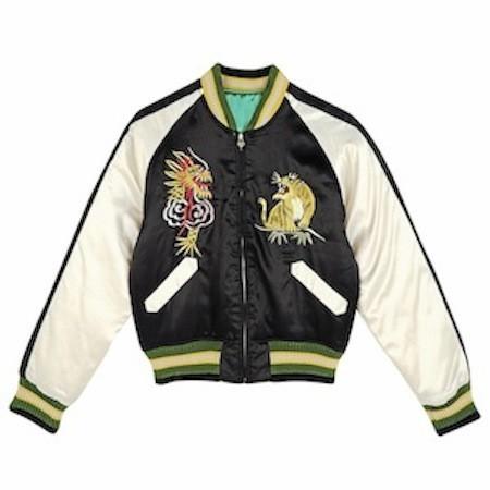 En satin à broderies dragon Vintage Renewal chez Urban Outfitters. 72 euros