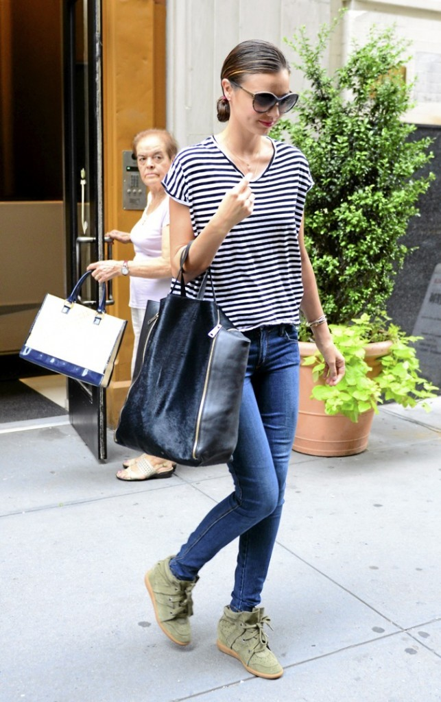 Miranda Kerr : association marinière et sneakers, on dit yes !