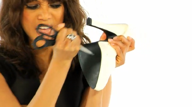 Tyra Banks attaque ses stilettos au ciseau !
