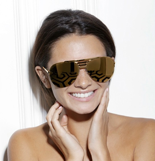 Alice Greczyn porte les lunettes de soleil chromées Victoria Beckham