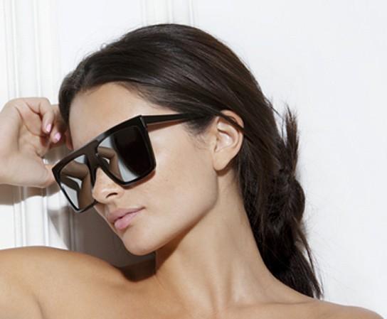 Alice Greczynporte les lunettes noires Victoria Beckham