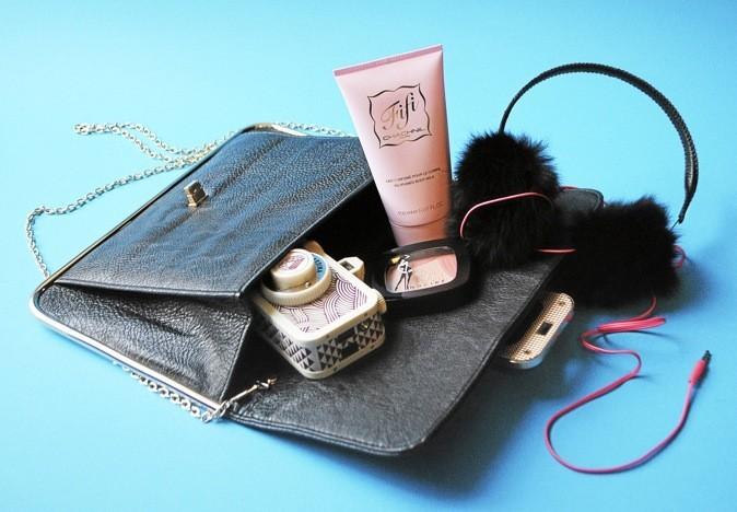 Lait parfumé pour le corps, Fifi Chachnil 11,90 € - Sac en cuir noir, Afwosh 44 € - Casque en fourrure de lapin noir avec fil fuschia, audio-te...