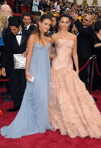 Elle on choisi une robe bustier longue pour la 79ème cérémonie des Oscars. On adore la robe à plume couleur chair de Penélope !