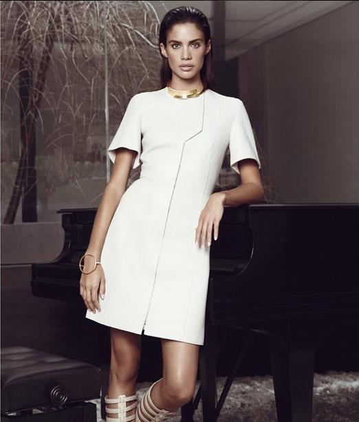 Sara Sampaio pose pour le Harper's Bazaar Grèce