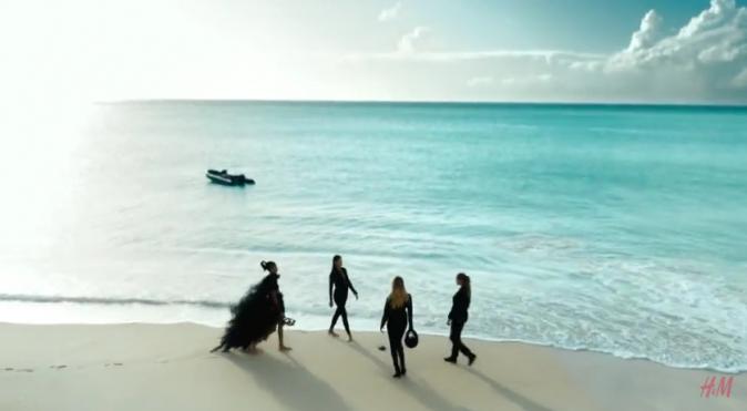 Les 4 bombes se retrouvent sur une plage paradisiaque...