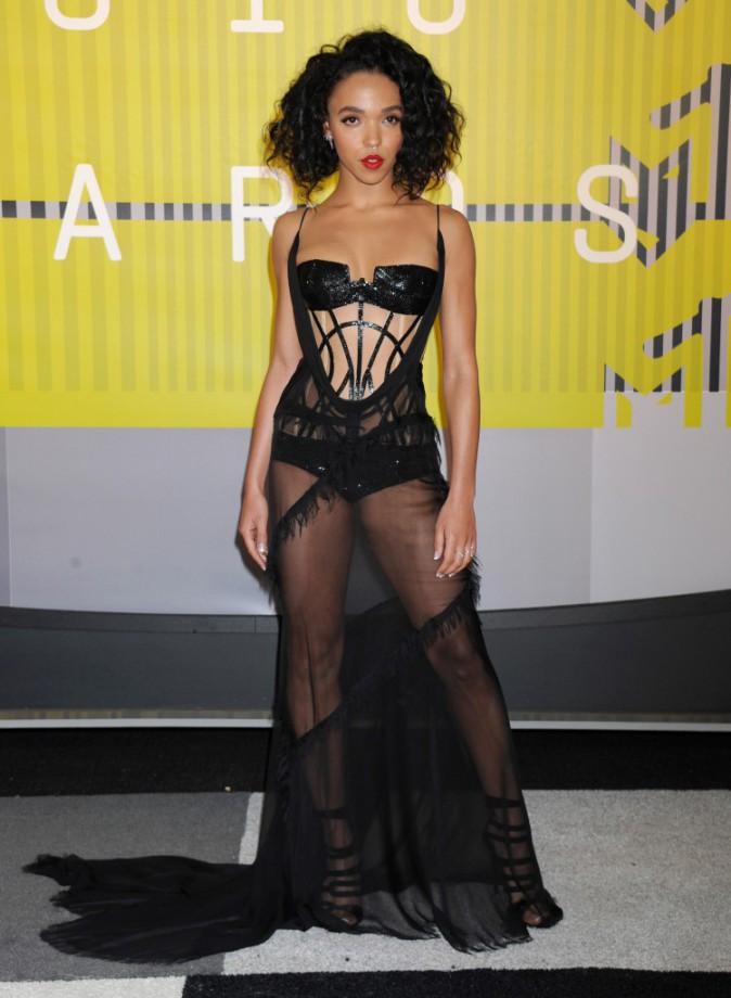 FKA twigs en Versace et souliers Giuseppe Zanotti