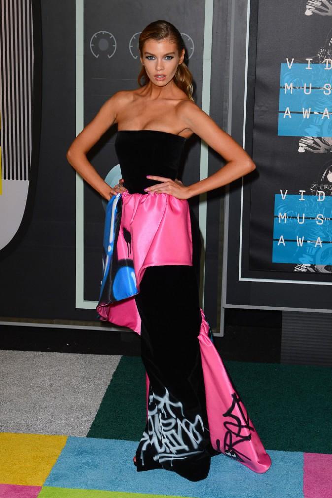 Stella Maxwell en robe Moschino