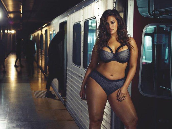 Photos : Ashley Graham : le top model grande taille presque nue dans le métro !