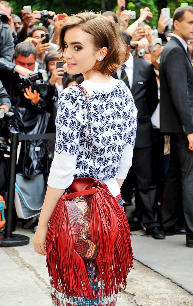 Le sac seau ethnique avec Lily Collins