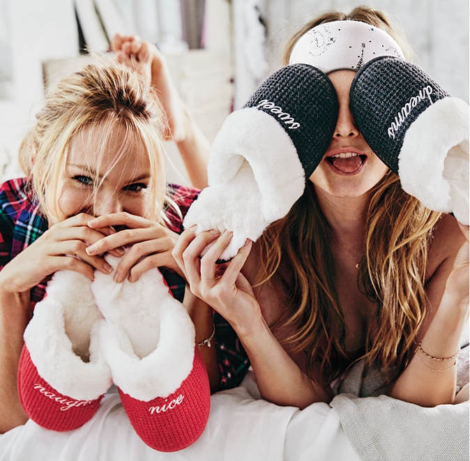 Behati Prinsloo et Candice Swanepoel pour la collection Noël de Victoria's Secret