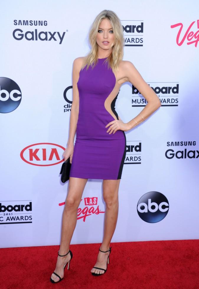 Martha Hunt en mini robe moulante violette, le 17 mai aux Billboard Music Awards 2015