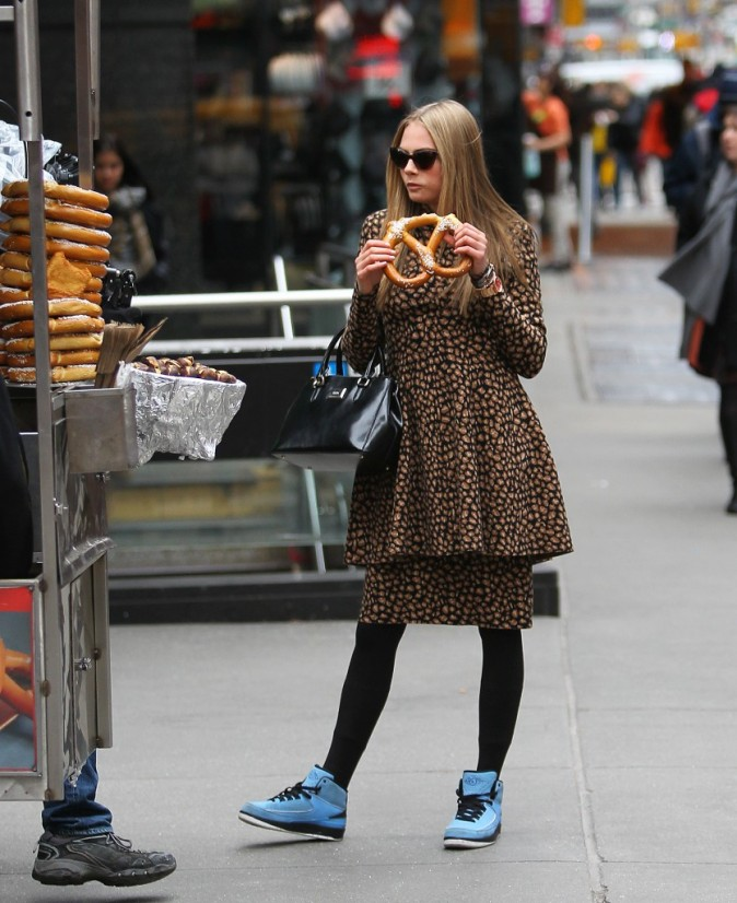 Cara Delevingne s'offre un bon bretzel à New York, le 21 mars 2013.