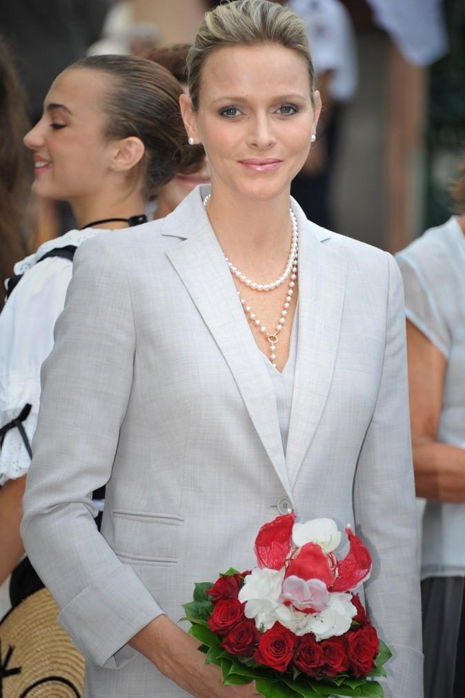 Bouquet de roses dans les mains, elle est sublime !