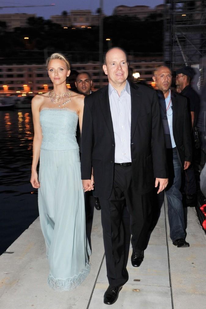 En robe bleue, elle est envoûtante !