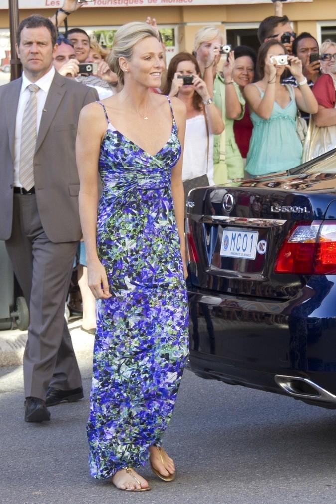 Pour une belle journée ensoleillée, elle opte la longue robe fleurie