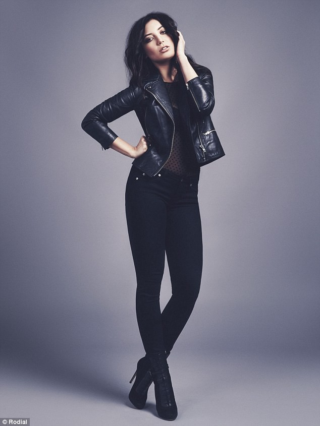 Photos : Daisy Lowe, rock'n roll et sensuelle pour Rodial !