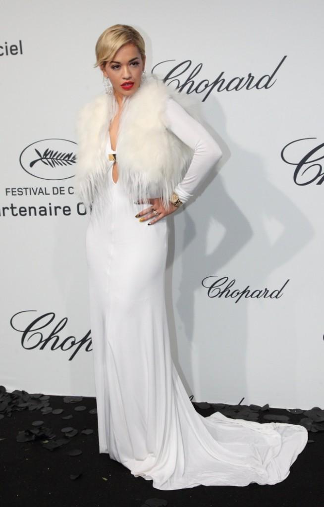 Rita Ora se croirait-elle en Russie avec cette fourrure blanche ?