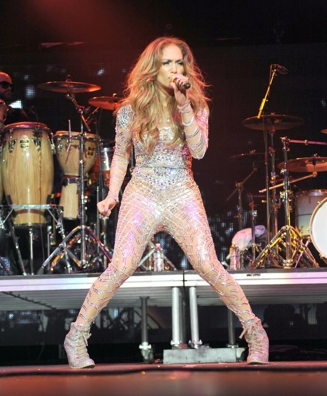 En concert, elle aime porter des combinaisons moulantes !