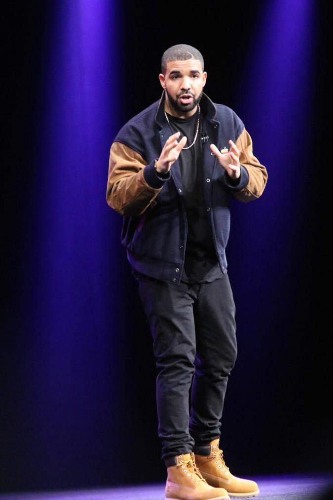 Photos : Drake, il crée le buzz avec sa veste griffée Apple !