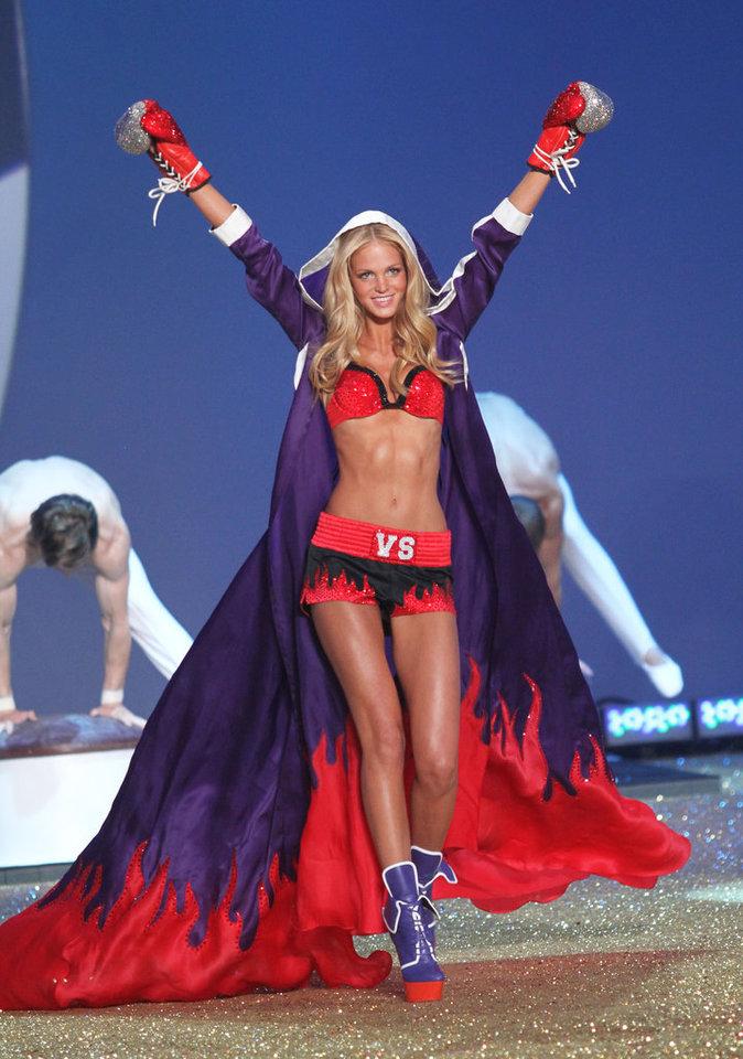 Erin Heatherton sur le podium pour Victoria's Secret