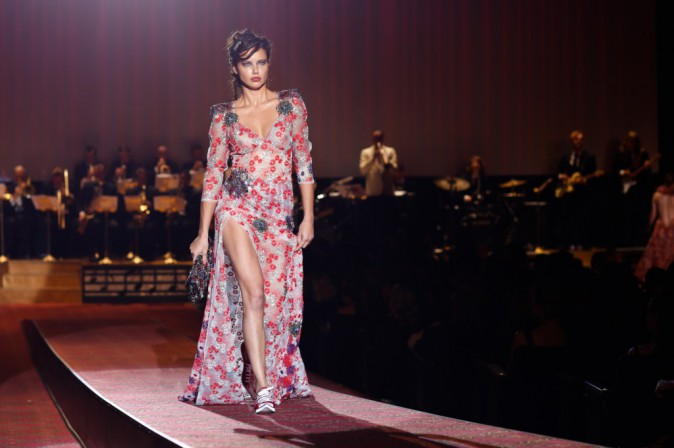 Adriana Lima enflamme le catwalk !