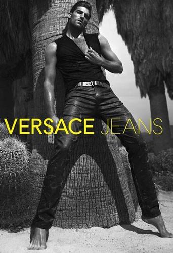 Ryan Barrett pour Versace Jeans.