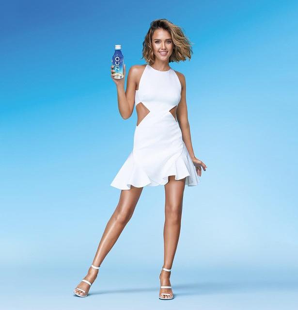 Jessica Alba pour la nouvelle campagne de l'eau de coco Zico