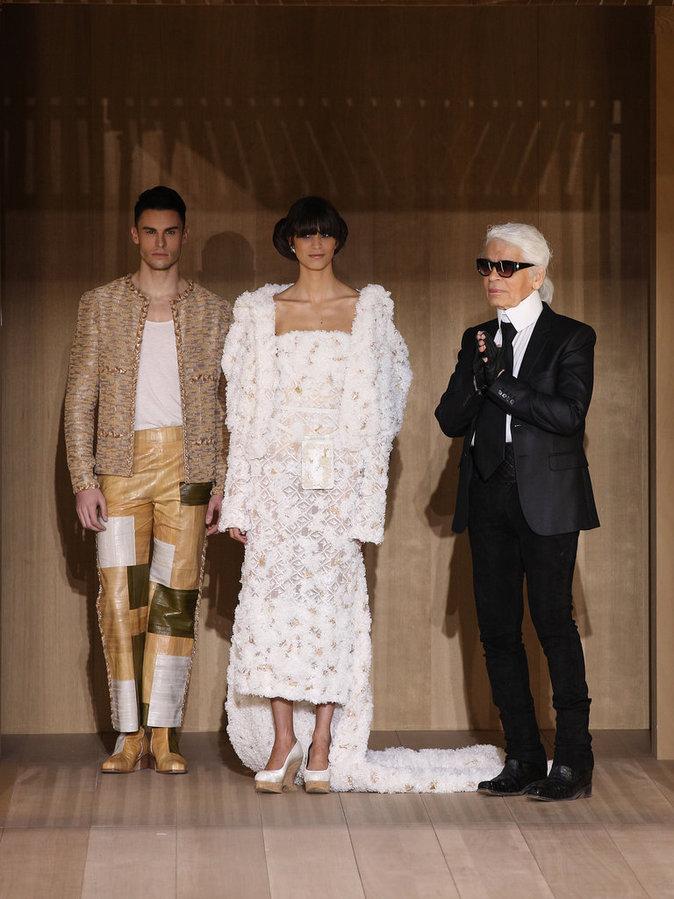 Baptiste giabiconi, un mannequin et Karl Lagerfeld au défilé Chanel Haute Couture