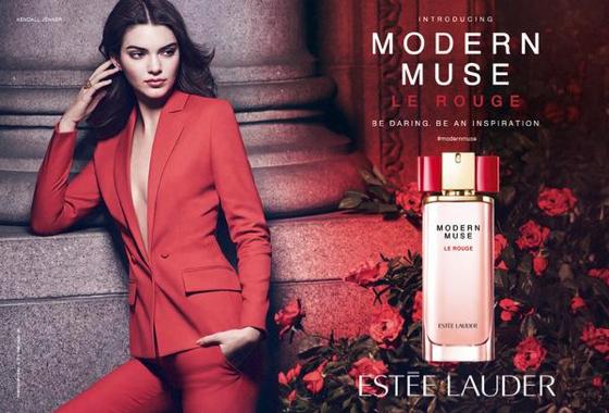 """Kendall Jenner, égérie du nouveau parfum """"Modern Muse Le Rouge"""" d'Estée Lauder"""