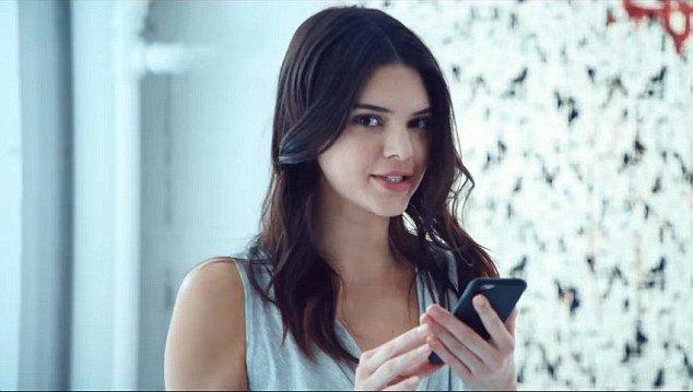 Kendall Jenner, une égérie drôle et fraiche pour Estée Lauder