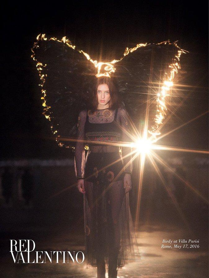 Photos : La chanteuse Birdy devient un ange noir pour Red Valentino