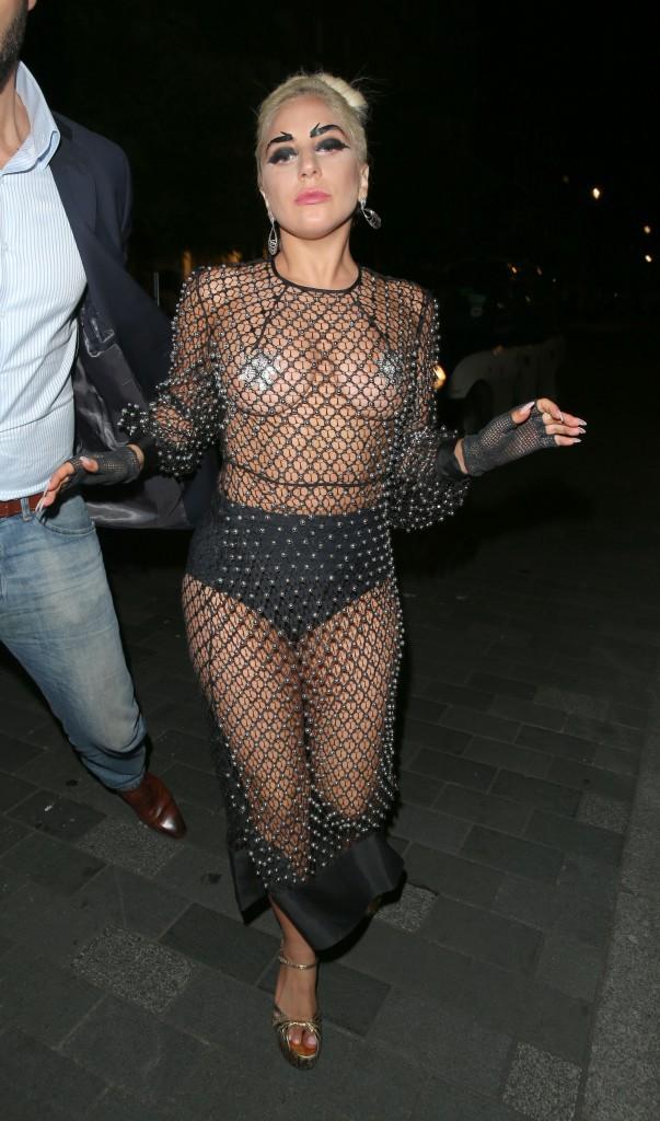 Lady Gaga mise sur la gaine !