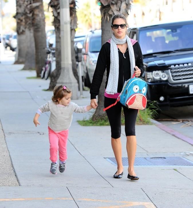 Alessandra Ambrosio ramène sa fille de l'école !