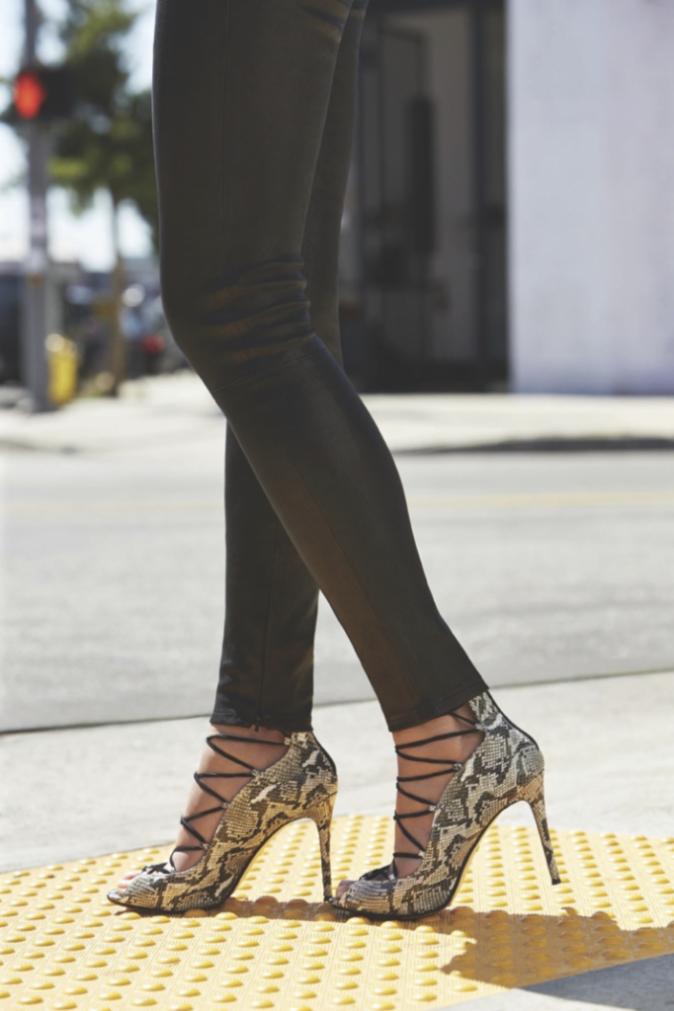 Chrissy Teigen pour Raye Shoes