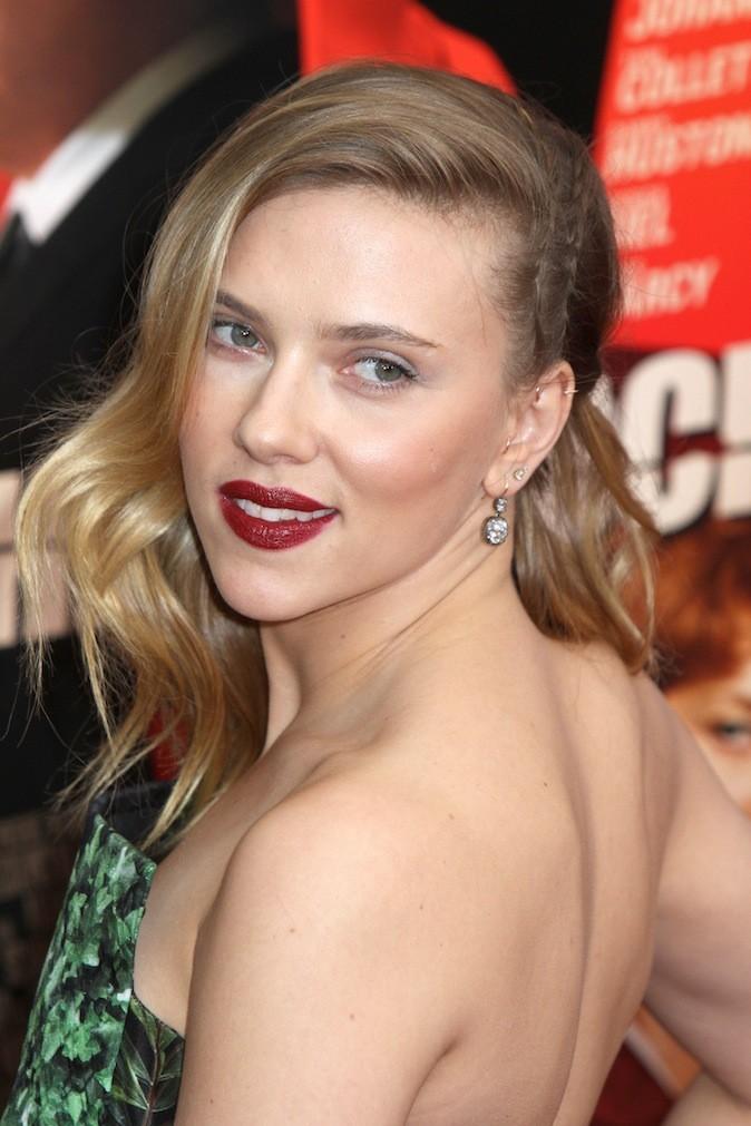 Scarlett Johansson et ses piercing à l'oreille