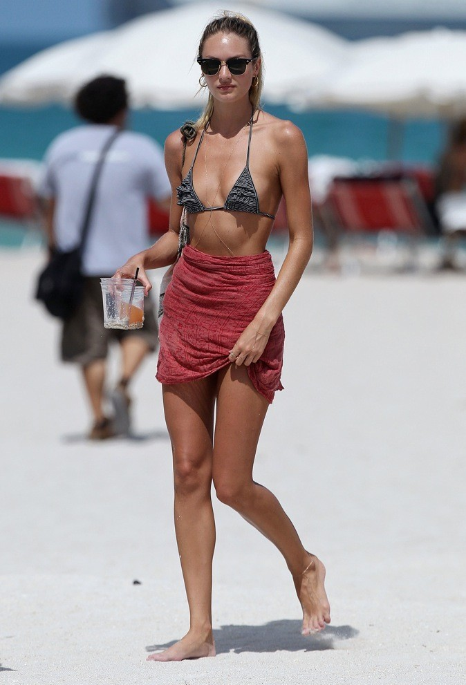Candice Swanepoel : une bombe sur la plage !