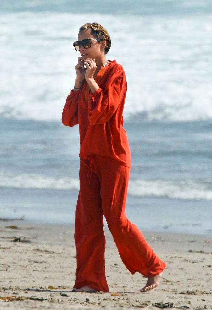 Nicole Richie opte pour le pantalon et la chemise en lin rouge !